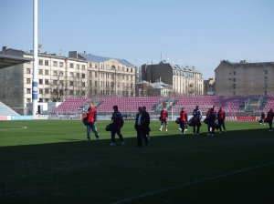 26 april 2009: De selectie van FC Ventspils betreedt het stadion van Skonto Riga, anderhalf uur voor de nationale voetbalklassieker (foto: René Hoeflaak)