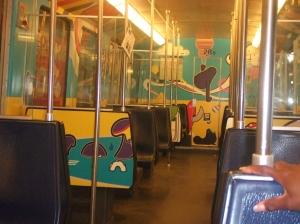 Een lege maar fraai beschilderde metrlijn 53 in Amsterdam