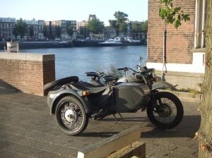 Motor met zijspan aan de oevers van de Rotterdamse Maas, eerder deze week (foto: René Hoeflaak)