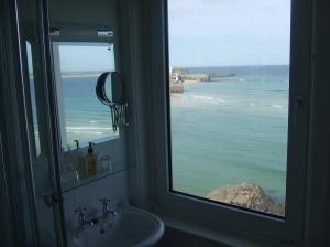 Kamer 3, Pedn Olva Hotel St. Ives; uitzicht vanuit badkamer (foto: René Hoeflaak)
