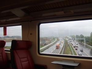 De vrijwel lege FYRA raast door het Groene Hart over de snelweg. (foto: René Hoeflaak)