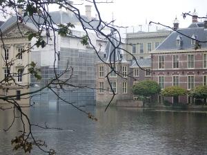 De Hofvijver en het torentje van Balkenende vanmiddag. De virtuele kamerzetels vallen van het kabinet (foto: René Hoeflaak)