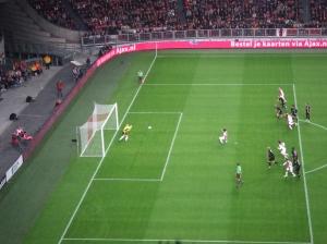 Gestopte/gemiste penalty Suarez, gezien vanaf vak 407 (foto: René Hoeflaak)