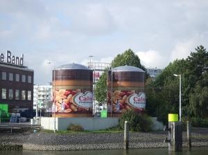 Twee potten pindakaas op het terrein van Unilever aan de Nassauhaven in Rotterdam (foto: René Hoeflaak)