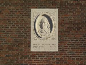 Gedenksteen Maarten Tromp in de muur van de NH Kerk van Ter Heijde