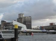 """December 2011: De Rijnhavenbrug """"wacht"""" op de eerste voetgangers en fietsers. (foto: René Hoeflaak)"""