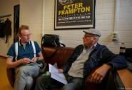 René in gesprek met gitarist Bruce Watson van de Schotse band Big Country (foto: www.robsneltjes.nl)