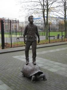 Rotterdam, Henegouwerplein, november 2012: Standbeeld van jongen op schildpad (foto: René Hoeflaak)