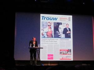 Art Director van dagblad Trouw op het podium van het Patronaat (foto: René Hoeflaak)
