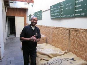 Errol Schenker in De Olifant. De rondleidingen starten in koffieproeverij De Eenhoorn aan de Oudestraat 101. Deze koffieproeverij is gevestigd in hetzelfde pand als de sigarenfabriek (foto: René Hoeflaak)