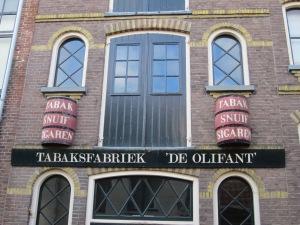 Kampen: De achtergevel van sigarenfabriek De Olifant aan de Voorstraat. De fabriek werd opgericht in 1883. (foto: René Hoeflaak)