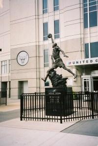 Chicago, augustus 2004; beeld van Michael Jordan voor het United Center (foto: René Hoeflaak)