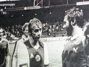 Gerdo Hazelhekke (r.) en Dick Schoenaker in Stadion De Meer in Amsterdam na de historische 2-4 overwinning van Wageningen op Ajax (foto: Henny Janssen, bron: EdeStad.nl)