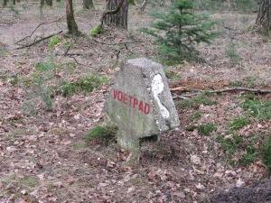 Wegwijzer van het voetstappenpad . Het pad van 25 kilometer werd in 1938 aangelegd op initiatief van De Stichting het Gooische Hotelplan en loopt door de bossen in de Gooi- en Vechtstreek (foto: René Hoeflaak)