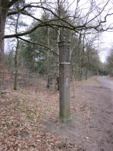 1 maart 2013: Grenspaal 16 aan de Vuursche Dreef in Lage Vuursche. Eén van zeven originele grenspalen langs de voormalige en huidige grens van Utrecht en (Noord)-Holland uit 1719. (foto: René Hoeflaak)
