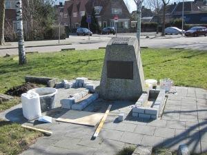 Het onlangs verplaatste monument Arie den Toom (foto: René Hoeflaak)