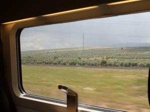 22 mei 2013: De hogesnelheidslijn van de Spaanse SpoorwegmaatschappijRENFE raast met 300 kilometer per uur door de Spaanse provincie Andalusië van Madrid naar Cordoba (foto: René Hoeflaak)