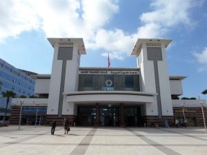 23 mei 2013: Treinstation Tanger Ville. Het station is geopend in 2003. Het spoorwegnet van de Marrokaanse SpoorwegmaatschappijONCF is 1.653 kilometer lang. Marokko heeft  prima spoorwegverbindingen, de treinen rijden op tijd en de stations zijn schoon. Opvallend is het hoge aantal nieuwe stations. De perrons op de grote stations zijn alleen toegangelijk met een geldig vervoerbewijs.  (foto: René Hoeflaak)