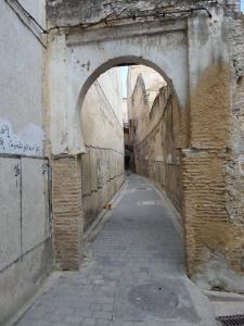 Mei 2013: Smal en verlaten - in verband met vrijdagrust- straatje in de Medina van Fes. (foto: René Hoeflaak)  Extra rustig in verba