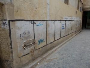 Mei 2013: Voor de verkiezingen van 2011 beschilderde vakken van politieke partijen op een straatmuur in de Media van Fes. Ieder vak en partij heeft haar - voor analfabeten-  herkenbaar eigen teken. (foto: René Hoeflaak)