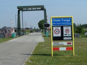 6 juni 2013: Plaatsnaambord aan de rand en bij de haven van Oude-Tonge (foto: René Hoeflaak)