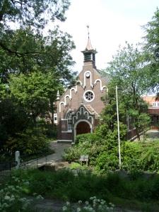 31 mei 2013, Mookhoek: Het idee voor de oprichting van het kerkje van Mookhoek ontstond in 1871. Het duurde nog tot de eerste zondag van 1906 dat de kerk werd geopend. Koningin Emma moest financieel bijspringen om de kosten voor de bouw van de kerk - ruim vierduizend gulden- op te brengen. (foto: René Hoeflaak)