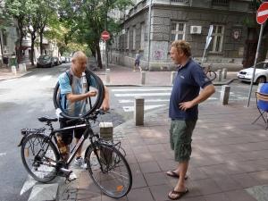 Servië, Belgrado, juli 2013: Ralph van der Zijden (rchts) met fietser en wereldreiziger Willem van Noorloos (foto: René Hoeflaak)
