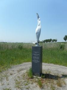 Juni 2013: Weiland bij Oude Tonge: Herdenkingsmonument van Robert E. Stover op de plek waar zijn vliegtuig werd gevonden (foto: René Hoeflaak)