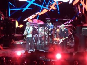 5 juli 2013: Amsterdam, Ziggo Dome: The Who met Roger Daltrey en Pete Townshend. In het midden gelegenheidsdrummer Scott Devours (René Hoeflaak)