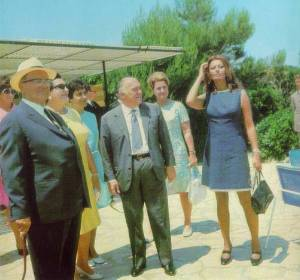 Tito met filmster Sophia Loren en producer Carlo Ponti (Bron: www.titoville.com). Net als Prins Bernhard had Tito een 'playboy' achtig imago.