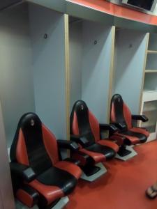 Gemakkelijke en comfortabele zetels in de kleedkamer van AC Milan (foto: René Hoeflaak)
