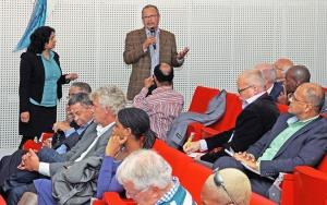 """Rotterdam, 26 september 2013: Paneldiscussie tijdens het Seminar """"Suriname en Nederland, uw toekomst"""" (foto: Gerard van Santen)"""