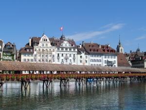 Zwitserland, Luzern. Kapelbrug over de rivier de Reuss (foto: René Hoeflaak)
