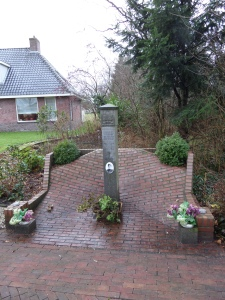 Oldeholtpade, 17 december 2013. Monument Wilfred Berry aan de Hoofdweg (foto: René Hoeflaak)