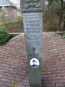 Oldeholtpade, Hoofdstraat. Monument Wilfred Berry (1920-1945) (foto: René Hoeflaak)