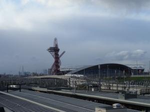 London, 25 december 2013: Overground Station Stratford met op de achtergrond het Olympisch Stadion en de ArcelorMittal Orbit. De 114 meter hoge toren is een ontwerp van Anish Kapoor en werd ingehuligd in mei 2012. Het is het grootste openbare kunstwerk van Groot-Brittanië (foto: René Hoeflaak)