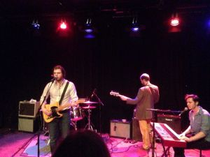 Rotterdam, Walhalla Theater, 25 februari 2014: Sons of Bill met vlnr zanger/gitarist James Wilson, bassist Seth Green en toetsenist Abe Wilson (foto: René Hoeflaak)