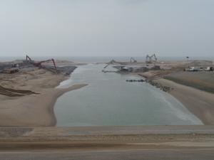 Katwijk, maart 2014:  Ballast Nedam werkt aan versterking van de Nederlandse kust zoals hier bij de uitmonding van de Oude Rijn in de Noordzee (foto: René Hoeflaak)