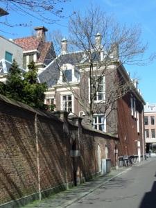 Den Haag, Hartogstraat. Tuin- en zijmuur aan de achterkant van het voormalige woonhuis van Johan de Witt aan de Kneuterdijk 6. (foto: René Hoeflaak)