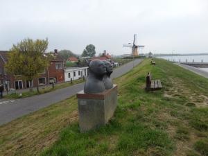 22 april 2014, Sint-Philipsland, Zuiddijk. Op de achtergrond molen De Hoop uit 1724 (foto: René Hoeflaak)