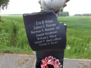 Steen met de namen van de zeven bemanningsleden op het Hailfax monument (foto: René Hoeflaak)