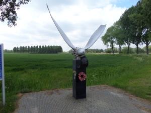 Halifax monument met propeller aan de rand van de Oranjepolder. in Hank, gemeente Werkendam. Het monument werd in juni 2008 beklad en binnen een dag weer hersteld.   (foto: René Hoeflaak)