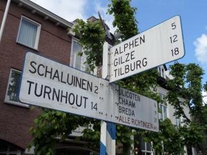 14 mei 2014: Aanwijsbord in het centrum van Baarle-Nassau (foto: René Hoeflaak)