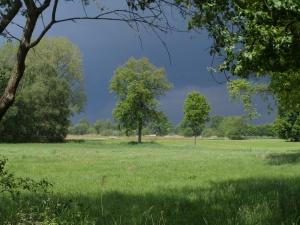 14 mei 2014: Onheilspellende wolken boven de Belgisch-Nederlande grens onder Gorpeind bij Baarle-Nassau (foto: René Hoeflaak)