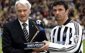 Bobby Robson en Gary Speed, twee overleden Engelse voetbalhelden. Speed pleegde in 2011 zelfmoord en was op dat moment bondscoach van Wales. Speed speelde zes seizoenen voor Newcastle United. Speed werd slecht 42 jaar. (bron foto: www.dailymail.co.uk)