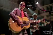 Amsterdam, Paradiso, 11 juni 2014: Graham Parker, met op de achtergrond gitarist Martin Belmont (foto: www.robsneltjes.nl