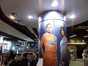 Over helden gesproken. Poster met Newcastle United keeper Tim Krul in de fanshop van de club (foto: René Hoeflaak)