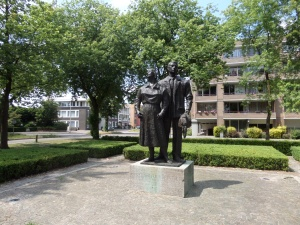 Oss, standbeeld uit 1960 aan de Nieuwe Hescheweg, ter nagedachtenis aan de slachtoffers van de Tweede Wereldoorlog (foto: René Hoeflaak)