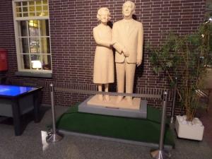 Eindhoven, DAFmuseum; standbeeld Hub en Rie van Doorne-Reijnders. Het standbeeld is hemaakt door Rien Hendriks en onthuld in 2007 door de toenmalige minister-president J.P. Balkenende (foto: René Hoeflaak)