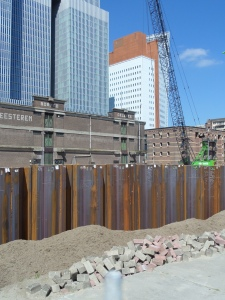 27 augustus 2014. Rotterdam, Wilhelminapier, Otto Reuchlinweg,: Damwand bouwplaats woontorens  Boston-New Orleans (foto: René Hoeflaak)